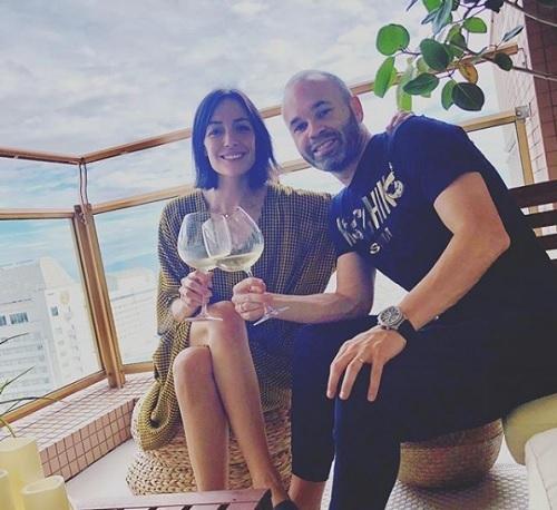 イニエスタとアンナさんワイン.jpg