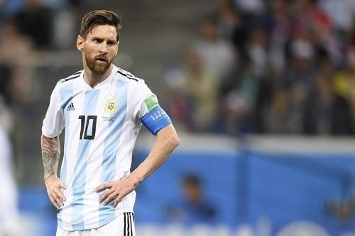 メッシアルゼンチン代表腰に手.jpg