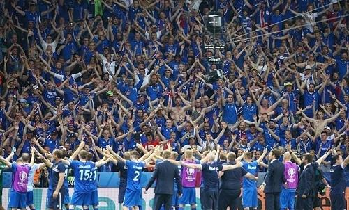 アイスランドサポーター試合後.jpg