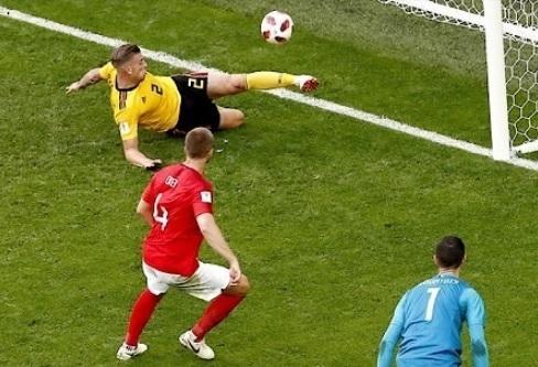 アルデルヴァイレルトW杯イングランド戦クリアー.jpg