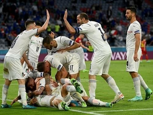 イタリア代表EURO2020準決勝ハイタッチ.jpg