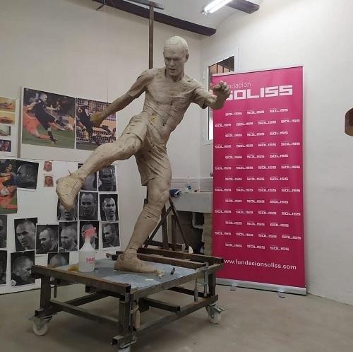 イニエスタ銅像原型パンツ有.jpg