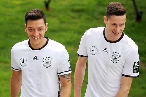エジルとドラクスラードイツ代表.jpg