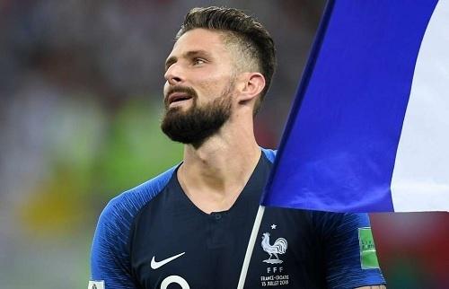 ジルーW杯決勝後フランス国旗.jpg