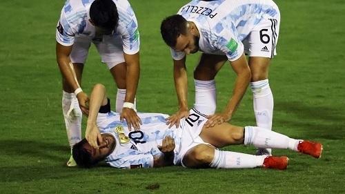メッシ2021南米予選アルゼンチン代表接触.jpg