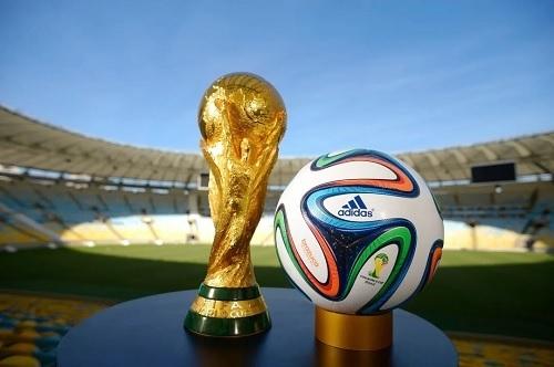 ワールドカップトロフィーとボール.jpg