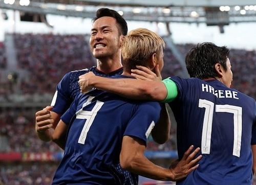 吉田2018W杯セネガル戦本田祝福.jpg