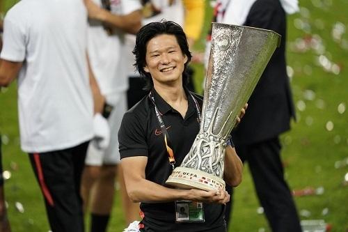若林氏セビージャ19-20EL優勝.jpg