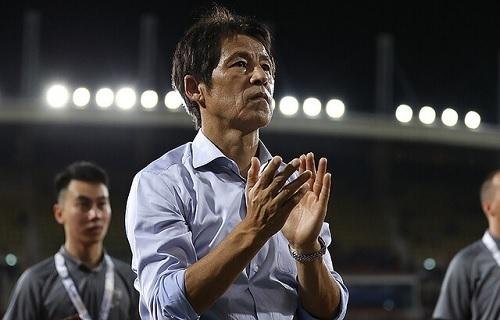 西野監督タイ代表拍手.jpg