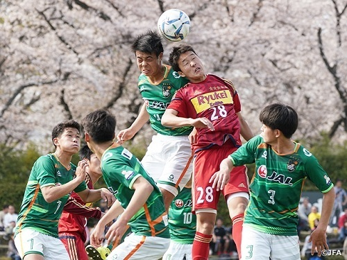 高校サッカー競り合い.jpg
