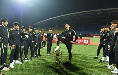 U18韓国代表優勝カップ踏み付け.jpg