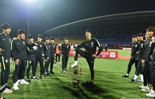 U18韓国代表優勝カップ踏み付け02.jpg